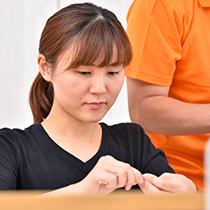 作業中の障がい者女性